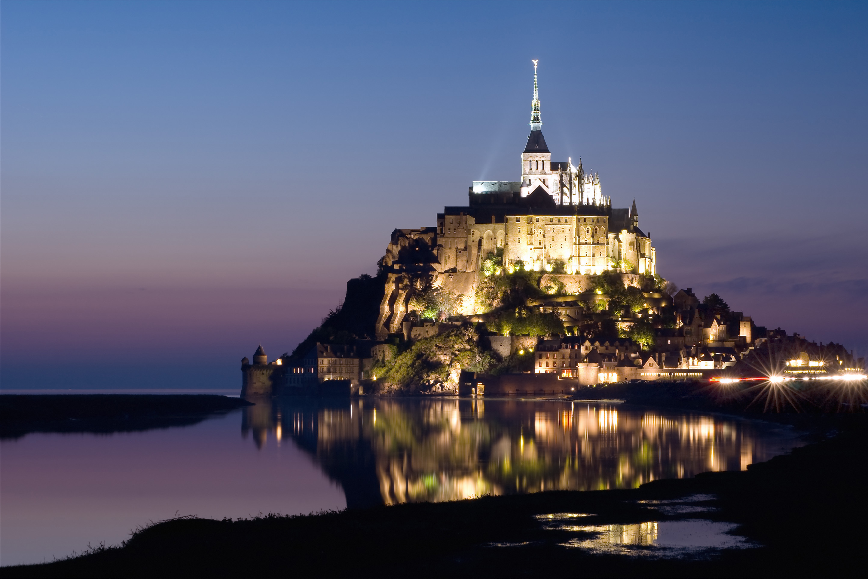 Famous landmark in france le mont saint michel for Castles to stay in france